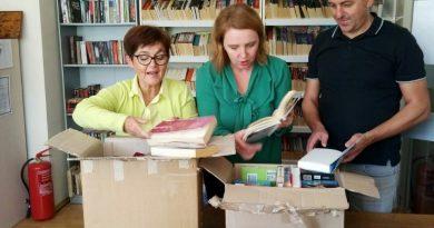 """Predstavnici Biblioteke """"Alija Isaković"""" poklonuli 100 knjiga beletristike srebrničkoj biblioteci"""