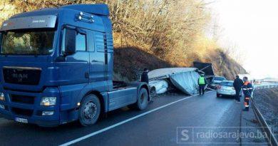 MUP / Zbog dvije nezgode obustavljen saobraćaj na putu Tuzla-Srebrenik