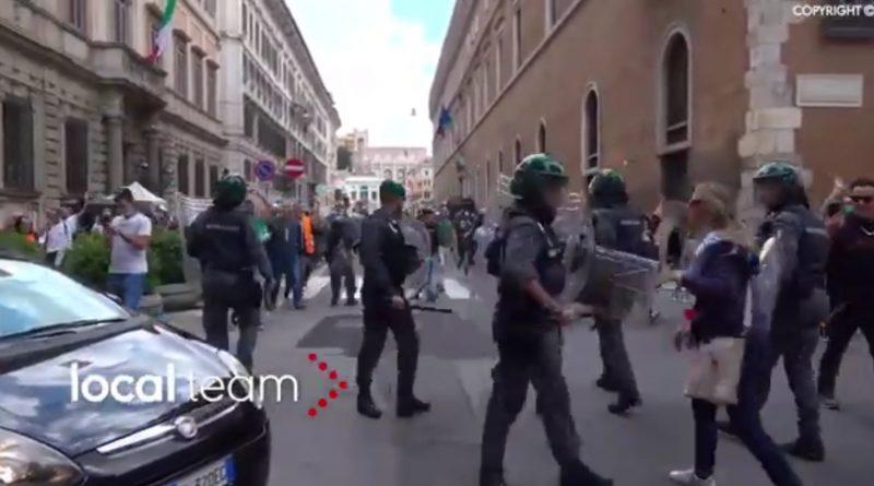 Stotine ljudi na protestima u Rimu zbog restriktivnih mjera