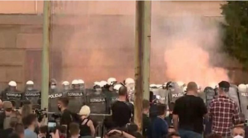 Uživo / Ratno stanje na ulicama Beograda: Policija dolazi s oklopnim vozilima, demonstranti postavljaju barikade